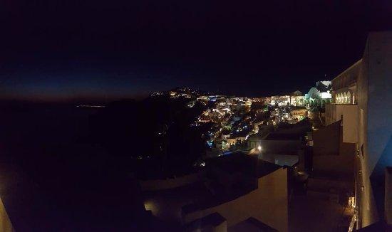 Pantelia Suites: Nigh view over Fira