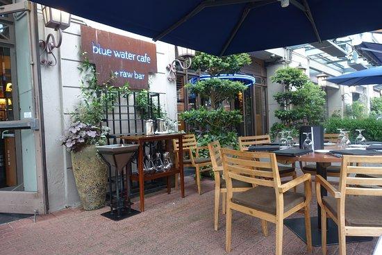 Blue Water Cafe: 入口付近のテラス席
