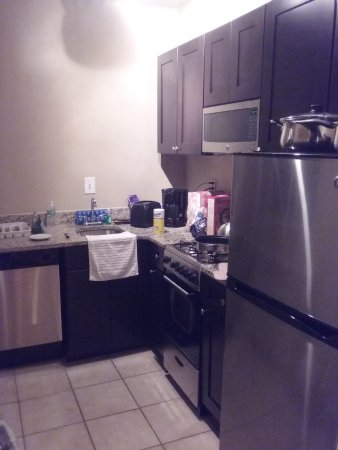 Virginian Suites Arlington: Full kitchen