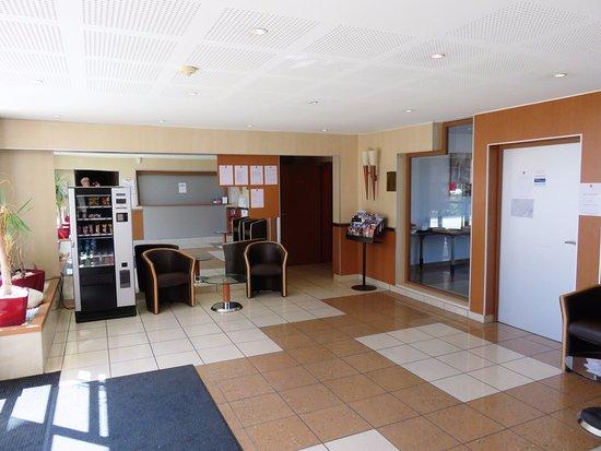 Saint-Genis-Pouilly, Frankrike: Lobby with reception
