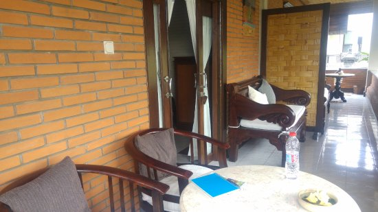 Puri Bayu Guest House: The balcony set up