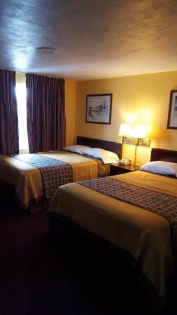 Budget Host Inn Somerset PA: Comfortable Two Double Beds