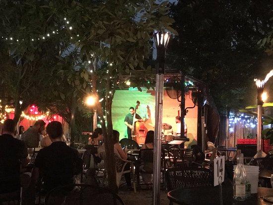 Bacchanal Fine Wine & Spirits: Great jazz in the back yard