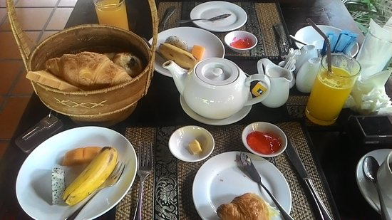 The Moon Boutique Hotel: the breakfast-fresh fruits/breads/hot coffee and juices