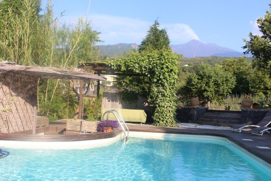 Villa Rosa  Etna Bed & Breakfast: View from the pool