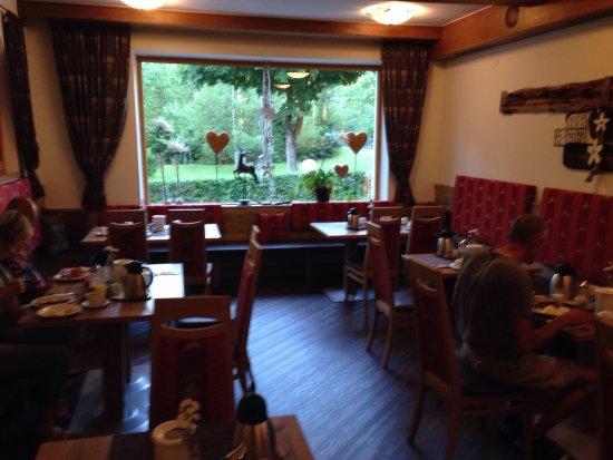 Nassereith, Österrike: Großartiges Frühstück um in den Tag zu starten. Die Hausherrin stellt Küche, Grill und Kühlschra