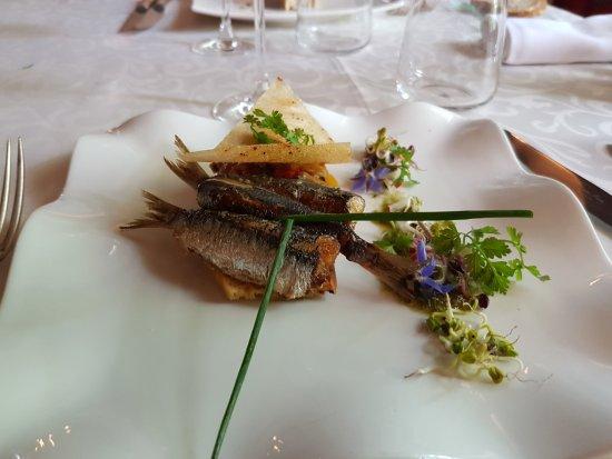 Velluire, Francia: sardines grillées sur biscotte aux olives