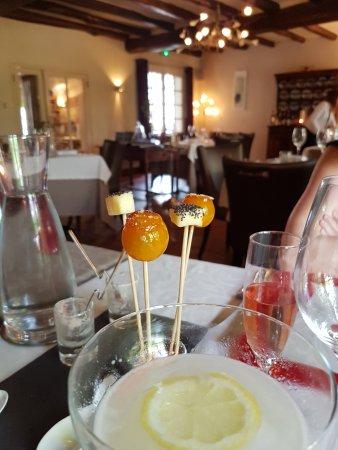 Velluire, Francia: tomate cerise cristalliséz et fromage de vendée au muscadet