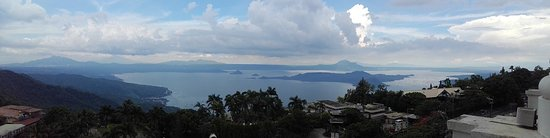Summit Ridge Tagaytay: Stunning view of Taal Lake and Volcano from the eight floor
