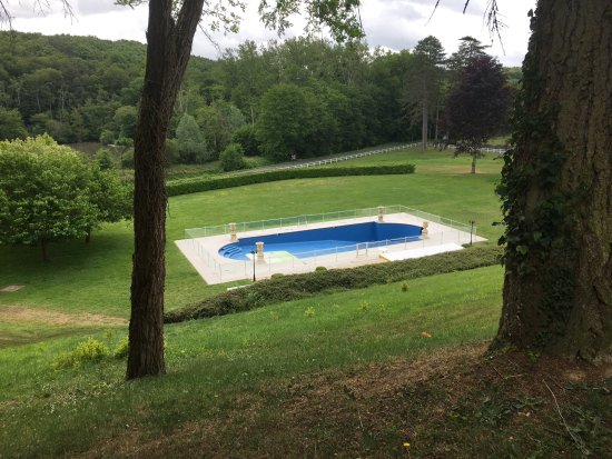 Saint-Etienne-de-Chigny, Frankrijk: Swimming pool on lower level in the grounds