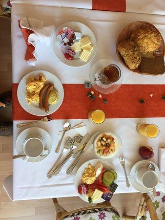 Hotel Torgauer Brauhof: Das bietet das zweckmäßige Frühstück. Das Besteck würde uns auf Nachfrage ausgehändigt und liegt