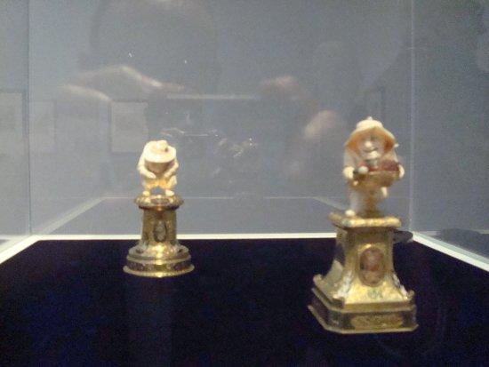 Villa Vauban - Musee d'Art de la Ville de Luxembourg: Dwarf relieving himself (Graveur sur ivoire inconnu, originaire de Dresde: Johan Heinrich Kohler