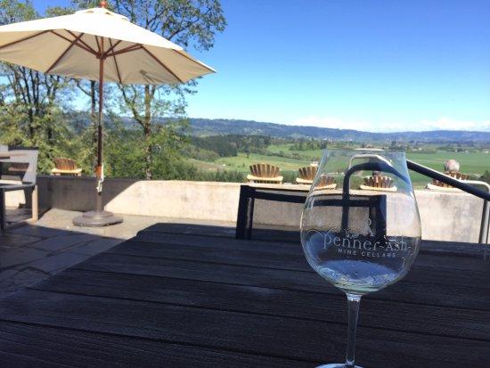 Penner-Ash Wine Cellars: テイスティングは外でもできます