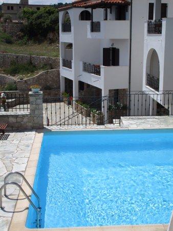 Yalis Hotel: Pool, dahinter unser Zimmer