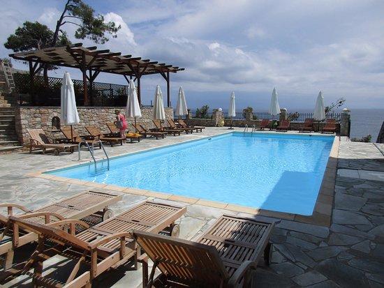 Yalis Hotel: Der ganze Pool, dahinter das Meer