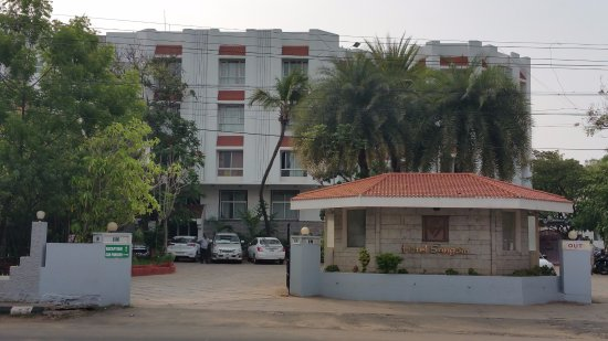 Sangam Hotel, Trichy: Hotel view from road