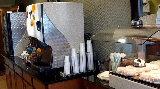 Holiday Inn Express Hotel & Suites Allentown - Dorney Park Area: Cinammon rolls and juices corner