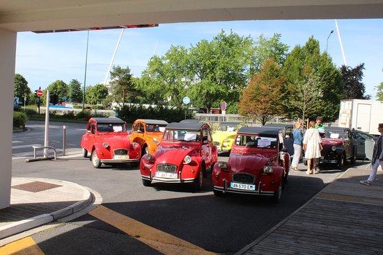 Mercure Reims Centre Cathédrale : Mini exposição de carros antigo francês na área do hotel