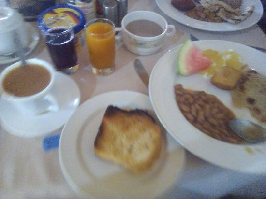 Kilimanjaro Backpackers: Breakfast (from the Kindoroko, but Backpackers serves the same food on its own rooftop)