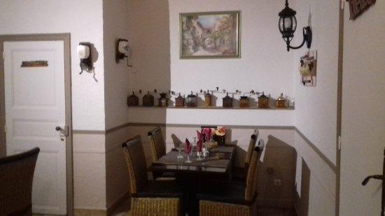 Caunes-Minervois, Prancis: Notre salle, la terrasse, nos horaires et nos plats