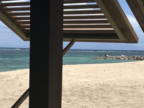 Newcastle, Nevis: Through the beach bar window....lovely breeze !