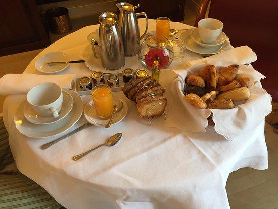 Hotel Rector : Le petit déjeuner continental servi en chambre sur desserte a roulette