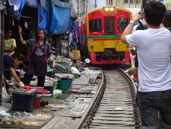 Samut Songkhram, Tayland: Train arriving