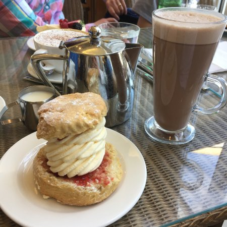 Rotherham, UK: Scone and hot chocolate! Sorted and happy!