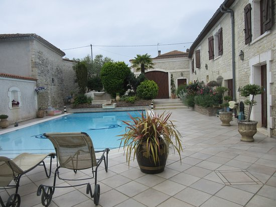La Fontaine des Arts : Courtyard of hotel