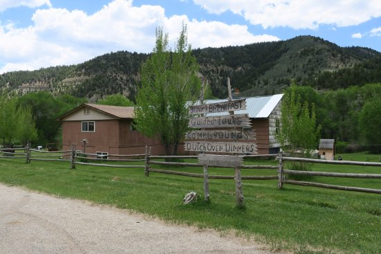 Wellington, UT: Rooms are available in the spacious ranch house.