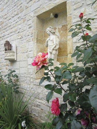 La Fontaine des Arts : Landscaped courtyard