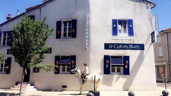 Auberge Le Cheval Blanc: Le Cheval est sorti de l'Auberge