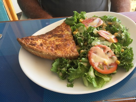 Le Genois: Quiche and salad