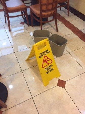 วินนี, เท็กซัส: The ceiling in the breakfast was leaking and garbage cans placed throughout