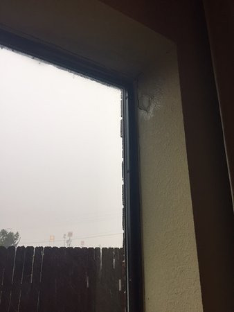 วินนี, เท็กซัส: This is obviously problem when it rains and the amount of mold in the room was disgusting!!