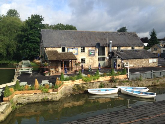 Lechlade, UK: Veiw of The Riverside from the Bridge