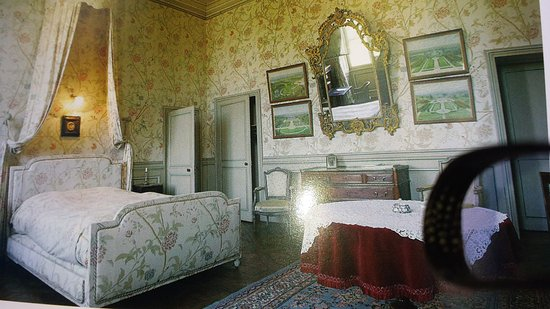 Craon, France: Our 18th century bedroom
