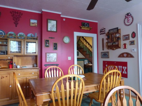 The Young House Bed and Breakfast: Dining room for breakfast
