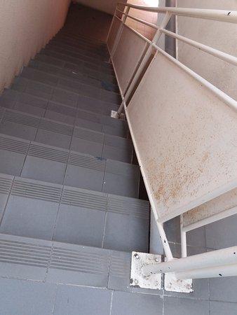 escaliers interieurs, sales et rampe rouillee vraiment domage ...