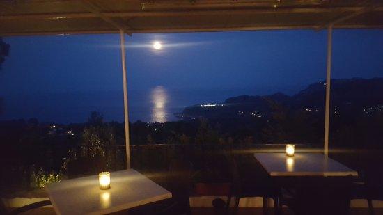 Hostal Sa Barraca: Algo para tener en cuenta, luna llena desde la terraza del Hostal