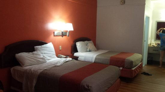Seaford, DE: Motel 6 room  yes it's renovated but bad housekeeping..