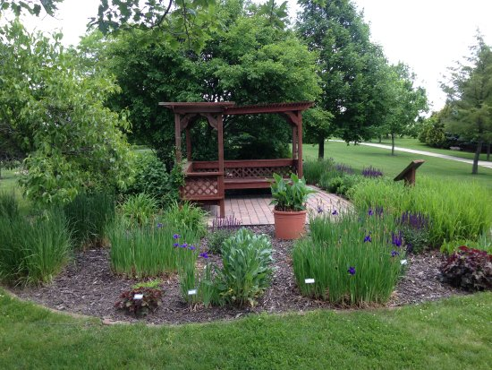 Newton, IA: Pergola with seating and plantings