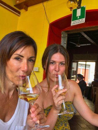 Settignano, Italie : Jennifer and Lauren sipping their delicious wine!