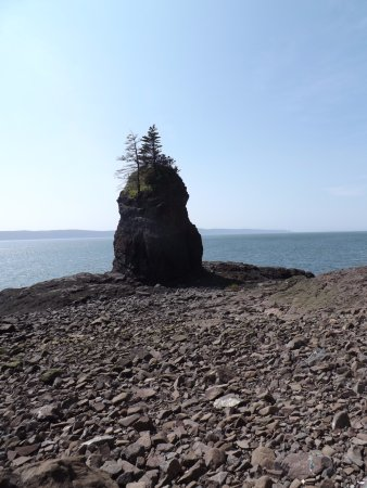 Parrsboro, Canadá: rock formation on beach at back of partridge island
