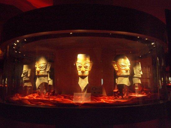 Guanghan, China: 青銅像金箔面具