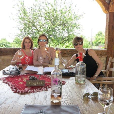 Villany, Hongaria: Outdoor seating...