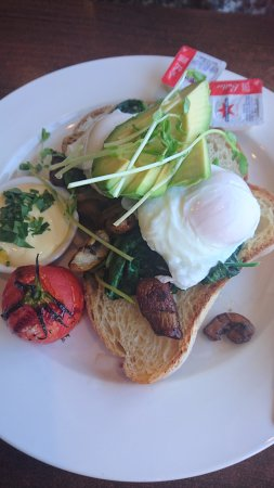 Clovelly Park, Australie : breakfast with egg, hollandaise, mushrooms, avocado and tomato