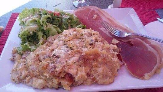 Besse-et-Saint-Anastaise, Francja: Truffade servie à l'assiette