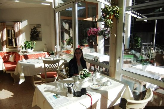 Wolfach - St. Roman, Alemania: It was a bit Breakfast - It was a bit gloomy outside but the terrace and sunroom have a real cha