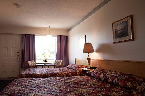 Ocean Crest Motel : Regular room with 2 queen sized beds